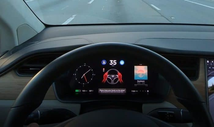 Tesla Launches Stop Light Detection and Warning in Autopilot